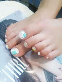 简约日式可爱手绘光疗脚粉色蓝色白色黄色花美甲图片