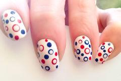 蓝色红色白色简约可爱圆形彩色波点甲,指尖上的圆舞曲美甲图片