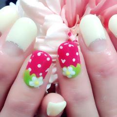 红色绿色白色可爱手绘圆形草莓牛奶美甲图片