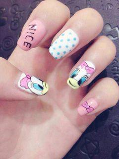 方圆形蓝色粉色白色可爱手绘简约彩绘大鸭鸭美甲图片