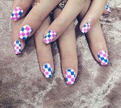 方圆形蓝色粉色白色可爱手绘彩色格子。原创作品。美甲图片