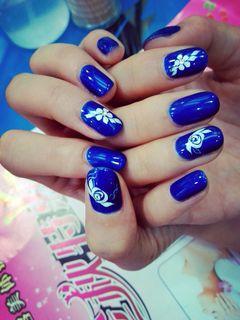圆形蓝色白色手绘光疗这个是帮一朋友弄的,她喜欢这颜色,她的指甲也很漂亮美甲图片