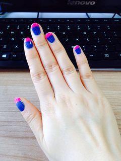圆形简约渐变蓝粉粉色应该再多点,渐变处做的不是很好美甲图片
