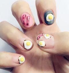 手绘简约白色粉色灰色圆形吃货美甲火腿煎蛋早餐款~美甲图片