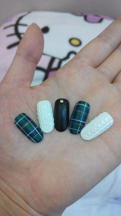 圆形绿色黑色白色简约手绘天冷了,指甲也要穿毛衣和大衣了。美甲图片