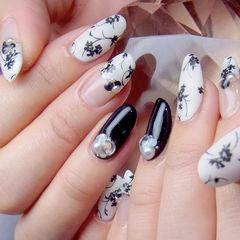 花朵白色黑色日式圆形钻美甲图片