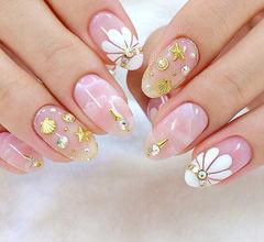 白色花朵简约优雅手绘钻日式尖形美甲图片