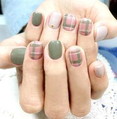 绿色粉色手绘短甲格纹美甲图片