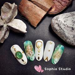 圆形日式手绘绿色金色白色甲片绿宝石晕染美甲图片