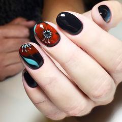 圆形黑色手绘红色蓝色花朵美甲图片