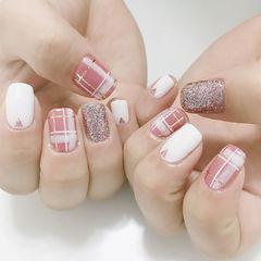 方圆形粉色白色闪粉格纹手绘铆钉美甲图片