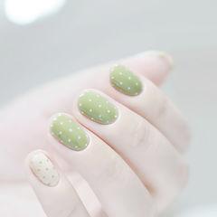 圆形绿色波点清新简约美甲图片