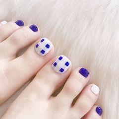 蓝色白色格纹脚部夏天美甲图片
