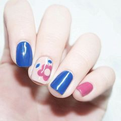 方形手绘蓝色粉色花朵美甲图片