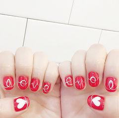 圆形红色手绘字母心形韩式美甲图片