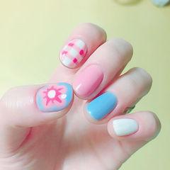 圆形粉色蓝色白色手绘花朵夏天格纹跳色短指甲美甲图片