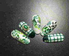 圆形手绘绿色格纹树叶夏天自然界的清爽美甲图片