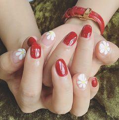 圆形简约可爱红色白色裸色手绘花朵雏菊美甲店铺热门爆款红色美甲美甲图片