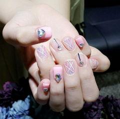方圆形粉色钻金银线线条玻璃纸韩式美甲图片