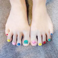 脚部绿色蓝色粉色红色黄色跳色美甲图片