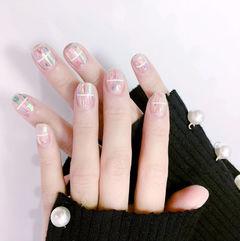方圆形裸色苏玻璃韩式线条美甲图片