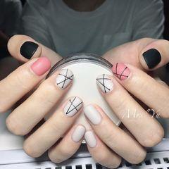 简约圆形粉色黑色白色线条磨砂短指甲磨砂美甲图片