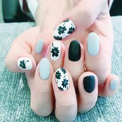 圆形黑色灰色白色手绘花朵磨砂美甲图片
