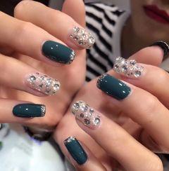方圆形简约韩式绿色银色钻美甲图片