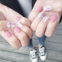 圆形粉色白色格纹贝壳片磨砂美甲图片