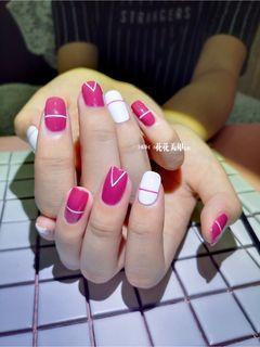 方圆形简约手绘粉色白色裸色线条美甲图片