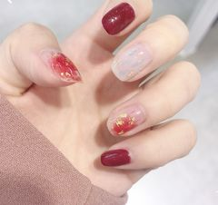 方圆形简约红色裸色晕染金箔新年美甲图片