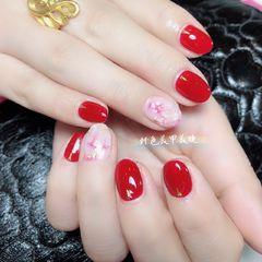 简约圆形红色贝壳片金箔新娘美甲图片