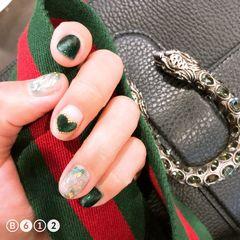 圆形简约日式绿色裸色猫眼贝壳片金箔心形超显手白的猫眼绿,一点小晕染加贝壳片加锡箔纸。美甲图片