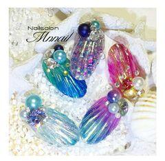 圆形日式雕花贝壳紫色蓝色渐变珍珠美甲图片