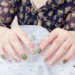 圆形简约手绘绿色白色线条短指甲短圆指甲款臻选美图纪念册短指甲专题美甲图片