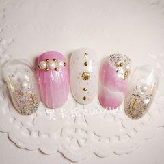 圆形粉色白色手绘夏天贝壳珍珠美甲图片
