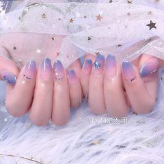 圆形简约渐变蓝色粉色裸色美甲图片