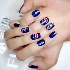 方圆形韩式蓝色夏天可乐手绘可乐美甲盛夏爆款美甲最火百事可乐 手绘美甲图片