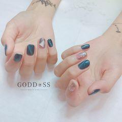 圆形日式蓝色猫眼贝壳片金箔美甲图片