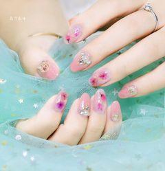 尖形手绘粉色花朵珍珠新娘日式粉透系列美甲图片