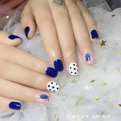 方圆形简约日式蓝色白色裸色晕染波点波点 蓝色 渐变美甲图片