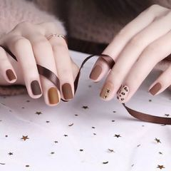 方圆形棕色焦糖色手绘豹纹磨砂美甲图片