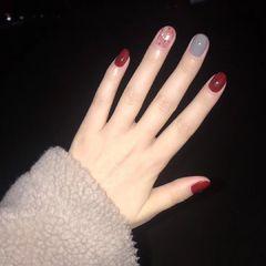 红色酒红色灰色晕染金箔贝壳片圆形跳色美甲图片