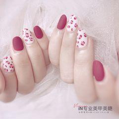圆形红色白色手绘豹纹磨砂美甲图片
