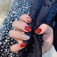 酒红色方圆形金箔日式新年水波纹磨砂美甲图片