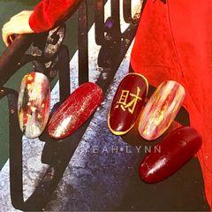 酒红色红色黑色尖形渐变晕染金箔简约新年手绘🧨恭喜发财[么么哒]发财美甲少不了[得意] #发财美甲#红色#晕染#笔刷#闪粉#酒红色美甲图片