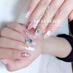 日式贝壳片钻晕染圆形粉色白色美甲图片
