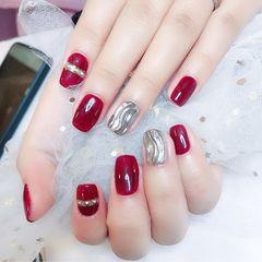 酒红色水波纹方圆形银色新年美甲图片