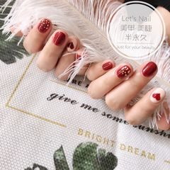 酒红色圆形金箔手绘心形短指甲美甲图片