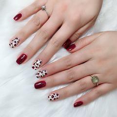 酒红色方圆形豹纹手绘白色美甲图片